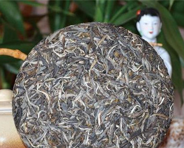 龙井茶与普洱熟茶,两种都是非常好喝的茶。其中一个香气鲜嫩清高,其滋味鲜爽且甘醇;另一个则