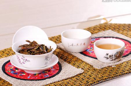 根据相关报道,茶叶中的黄酮类物质有不同程度的体外抗癌作用,作用较强的有牡荆碱、桑色素和儿茶素。那