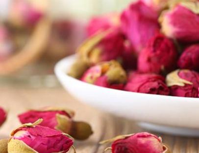枸杞玫瑰花茶是由玫瑰、枸杞泡制的一种花茶。枸杞玫瑰花茶具有活血化瘀、养肝明目以及镇静安神的作