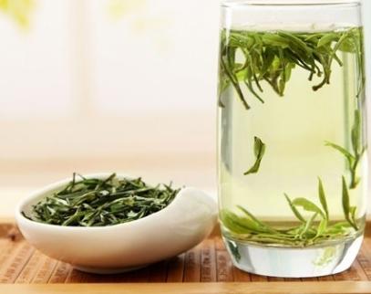 绿茶相比较其他茶类来说,它是没有经过发酵的一种茶叶。留存了较多鲜叶内的自然物质,这其中留存了鲜叶