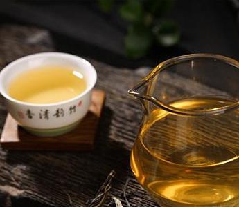在大多人观念里,黑茶由于其粗糙的外表,沉重的仓味,使人很难想象这会是好茶。黑茶不仅没绿茶的鲜