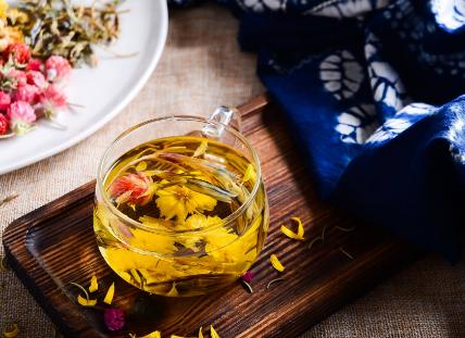花茶又称为香片,花茶不仅具有茶功效,并且其花香还有极好的药理作用,裨益人体健康。那么选购花茶应注