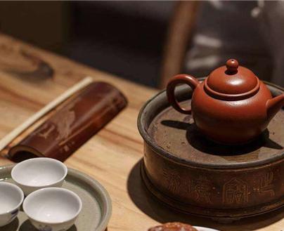 红茶属于全发酵茶的一种,茶叶中含有的多酚类物质经发酵的过程不断氧化,那些原本躲在叶子里面的营