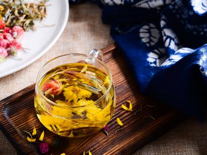 将各种花茶相互搭配也许会产生成倍功效,不过特殊花茶的搭配却会减小效用,更甚至于危害身心健康,所以