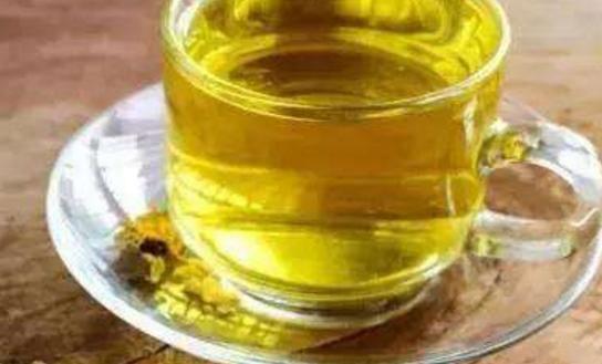贡菊花茶是常见的菊花茶饮品,很多人都可以喝,只要适量的喝,对身体健康的益处是非常多的,女生也可以