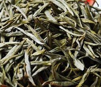 在全部类型的中国茶当中,黄茶或黄芽是最稀缺和最价格昂贵的茶叶之一,而且常常被很多黄茶的功效所