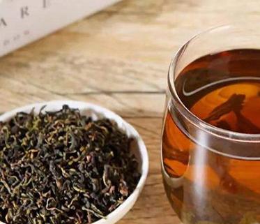 红茶,它是经发酵烘制而成的,是我国的传统名茶,富含多种营养成分,可促进人体消化,具有养胃的奇