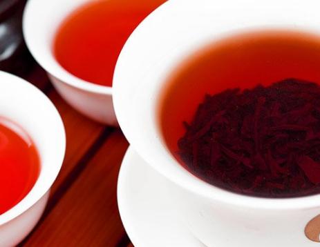 红茶偏温,风靡一时,特别是在合适脾胃虚寒者食用,对减少血糖值、冠心病和防止心肌梗塞,美肤、暖