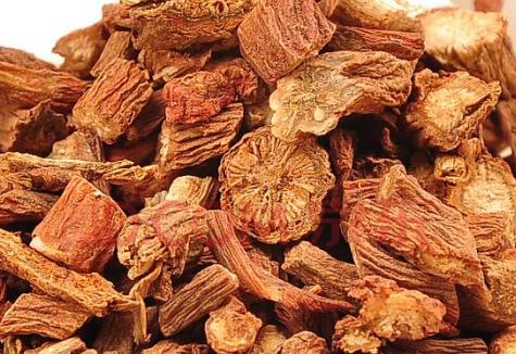丹参也是一种中医上常用的中药,具有活血祛瘀、清心除烦等作用,对于中老年人预防心血管疾病方面,有着