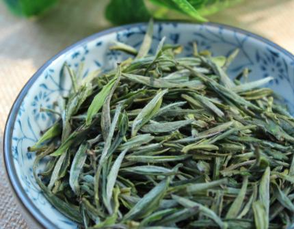 平日里泡茶,人们会根据自己的喜好选择。一些人喜欢淡茶,一些人则喜欢浓茶。大家会选择即刻出汤亦