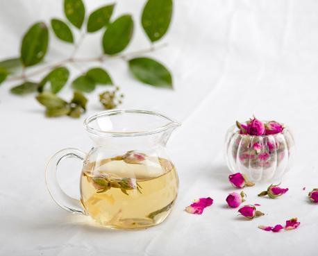 花茶种类繁多,各类花茶搭配在一起饮用可能会产生成倍的效果。不过,需要注意的是特殊花茶的搭配不仅减