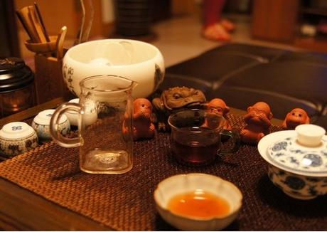 茶道,这在我国茶文化的历史长河中,在喝茶时会遇到一些细节问题及习惯。不过,有人敲桌子这个习惯很容