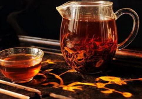 红茶是经过加工使得茶多酚发生氧化,也就是说通过发酵这个过程形成了铸有色、香、味的一类商品茶。红茶