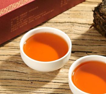 茯茶养生保健的功效非常不错,是一种性质温和的茶饮,归属于黑茶类,一般大多人群都适宜喝。下面我