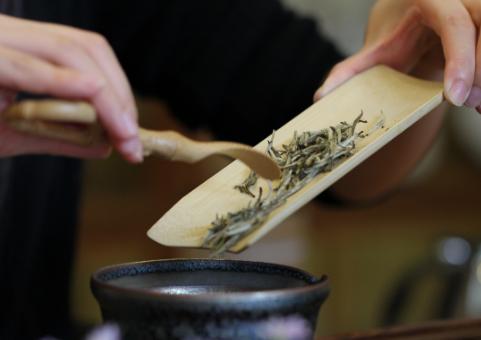 喜爱喝茶的茶友免不了家中会备上很多上等的茶叶。然而,他们却常常到茶馆喝茶。很多一部分原因是由于,