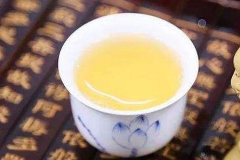普洱茶被称为可以喝的古董,因为普洱茶对人体的养生作用比较多,因此,很多人都喜欢在闲余饭后来一杯,