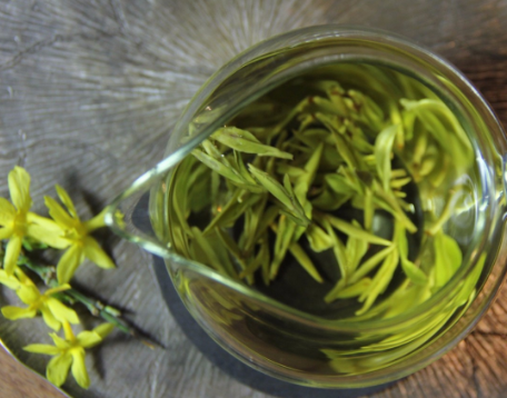 绿茶的灵魂莫过于它鲜爽的口感,其中优质的头春绿茶可谓是拔得头筹。正因如此,一直以来人们对它的追捧