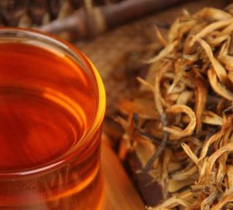 喝茶注重四季有别,即:春饮花茶,夏饮绿茶,秋饮青茶,冬饮红茶。其道理取决于:春季,人饮花茶,