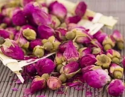 玫瑰花茶是新一代的美容茶,其香气高雅、汤色清淡,是保健、美容的佳饮。并且玫瑰花茶是种融合性很