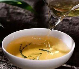 当代社会护肤品主打的是纯天然无添加的成分。而茶作为一种天然采集、自然晾晒而来的植物,品种包含