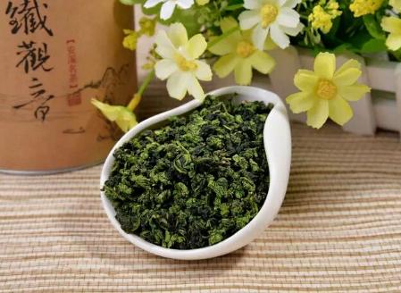 其实铁观音属于乌龙茶一类,并且是我国十大名茶之一乌龙茶类的一个典型代表。铁观音是介于绿茶与红茶之