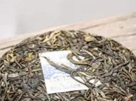 紧压是普洱茶的特殊工艺之一,也成就了普洱茶的特殊品质,其中以饼茶最为常见。  许多新手拿到普洱茶