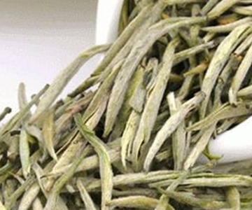 黄茶由于焖黄的工序变成了黄色,红茶则因发酵的工序变成了红色,至于普洱熟茶,虽也进行发酵,但是
