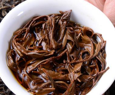 红茶含有咖啡因,这种成分能够分解脂肪,把囤积的体脂肪分解到血液当中,从而让运动时的燃脂力加倍