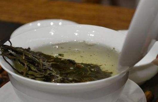 普洱茶一直被广大女性同胞们所喜爱,其一,普洱茶茶性温和,暖胃不伤胃;其二,普洱茶可以降血脂.;其三,血