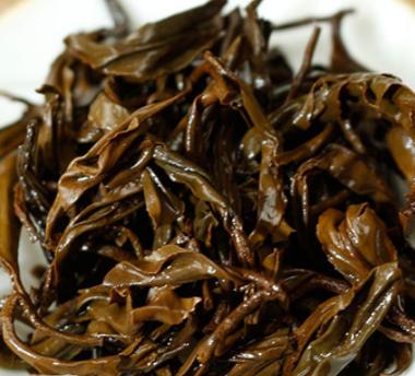 红茶属全发酵的茶类,它是以茶树的芽叶作为原料,经过萎凋、揉捻(切)、发酵、干燥等几大工序的典