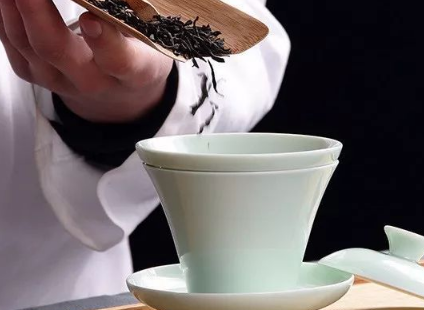 """紫砂壶、盖碗  能够说成煮茶的""""两大神技""""  我们选择泡茶工具  大都按照自己喜好  但""""两"""