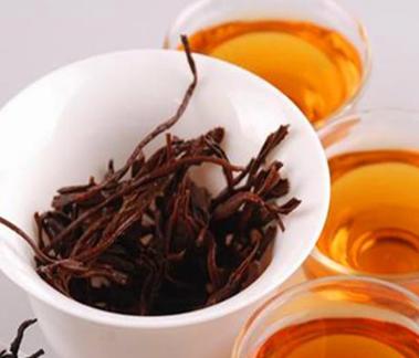 秋茶,简言之也就是秋季产的茶。秋季时节降水少,气候干燥,因此在茶叶的长成、采摘及其制作的过程