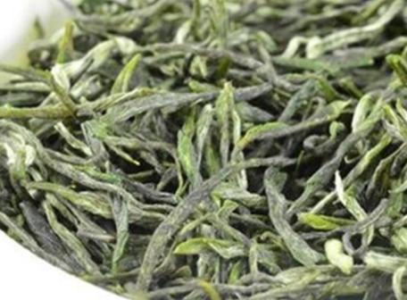 绿茶的种类有近200多种,青茶的种类少一些有十几、二十种。很多绿茶和青茶的名称都是大家耳熟能详的,比