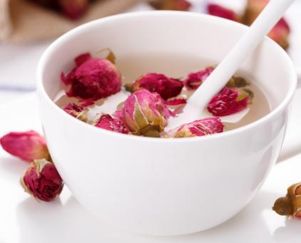 常喝玫瑰花茶的功效及作用是很大的,尤其对于女性来说效果更甚。那么一次泡几朵玫瑰花茶最好?下面小编