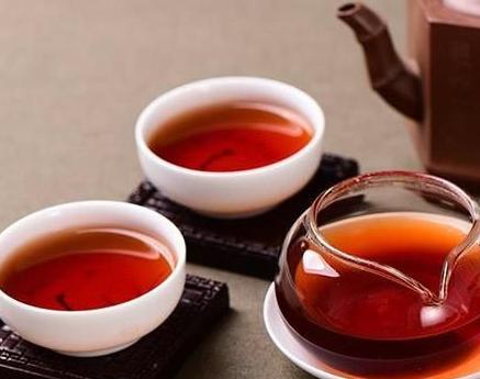 普洱茶的泡法与别的茶系不一样,这与普洱茶自身与众不同的个性特征相关。普洱茶为云南省大叶种茶,