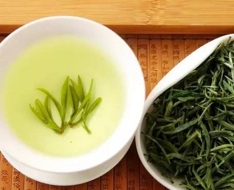 绿茶被英国人称之为:身心健康之液,生命之饮。经科研发觉,绿茶的确带有与身体健康有关的成份。做