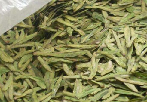 炒青绿茶因绿茶干燥方式采用炒干而得名。按外形可分为长炒青、圆炒青和扁炒青三类。长炒青形似眉毛,又