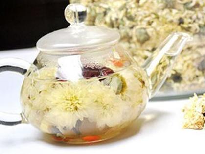 绿茶是被人们认可的养生茶,它具有延缓衰老的作用,尤其受到众多茶友的青睐。对于女性朋友们来说,绿茶