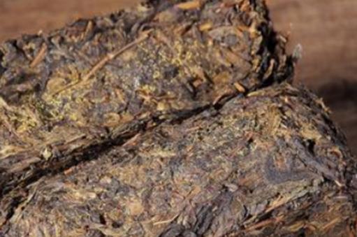 众所周知,所谓安化黑砖茶,就是以湖南黑毛茶为原料,机械压制成型制作而成的一种紧压茶,重量在2千克左