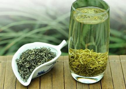 喝茶,这是现代人必备的一种生活方式,对于喝茶人们都是非常喜爱的。然而,喝茶也大有讲究。下面小编来