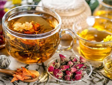 花茶种类繁多,不同的花茶均具有其不同的功效与作用。一些花茶可养肝,一些花茶则可以养胃。接下来