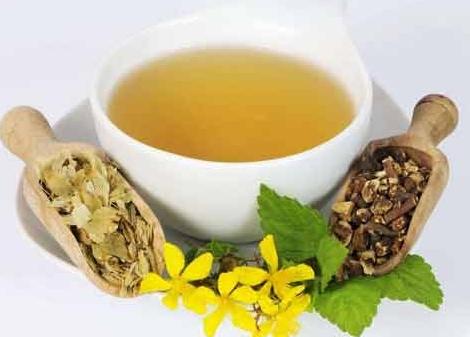 黄茶采制的过程和绿茶基本上一样,只不过相比较绿茶来说,仅多了一道工序——闷黄。通过使用这种工艺,