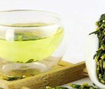 莲芯即莲子心,别称莲薏、苦薏、莲心,能够泡水喝,有一定药理作用,适度的喝一些莲子心茶能够调养