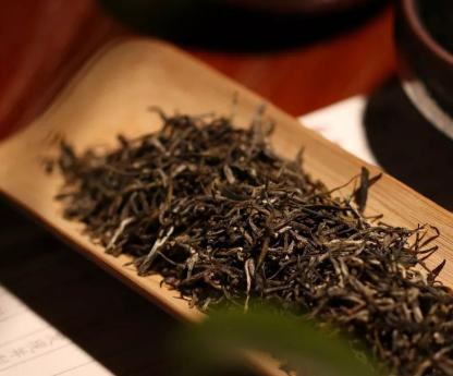 绿茶,它是6大茶类品种当中最多的一种茶。在《中国茶叶大辞典》当中,仅绿茶的目录就翻不到头。那么