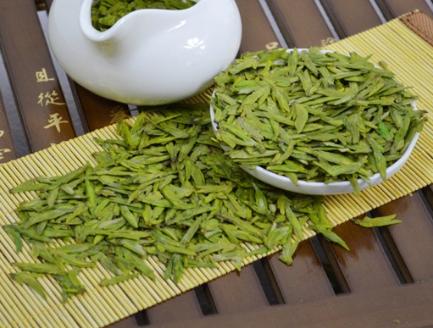龙井茶呈现绿色,有着清新淡雅的茶香,因而闻名于世界。制作龙井茶最佳的选择方式是要选择透明的玻璃茶
