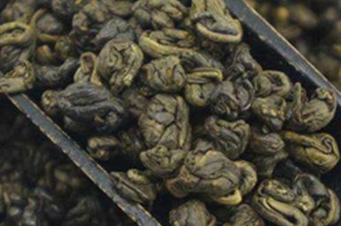 烘青绿茶是烘干的,炒青绿茶是炒干的。不同的干燥方式的品质特征是不同的。烘青绿茶和炒青绿茶的品质特
