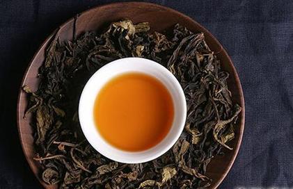 根据科学测定,茶叶含有蛋白质、多种维生素,还有茶多酚、儿茶素和脂多糖等几百种成分,具有调身体、保