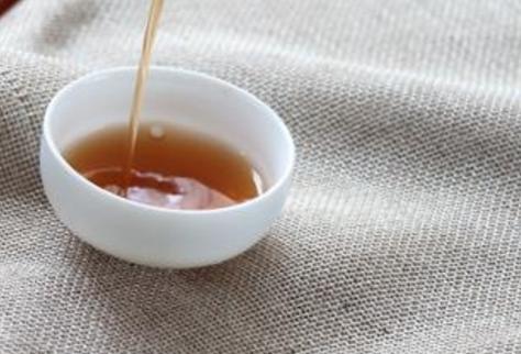 普洱茶知识菊花普洱:用普洱茶叶和贡菊,一起冲泡,口感清爽。菊花清热解毒,普洱茶性温和,两者同时饮