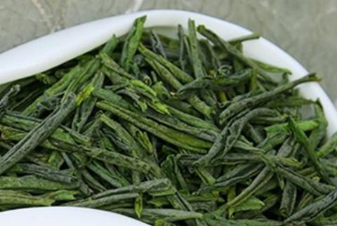 都匀毛尖,中国十大名茶之一,外形条索紧结纤细卷曲、披毫,色绿翠。香清高,味鲜浓,叶底嫩绿匀整明亮