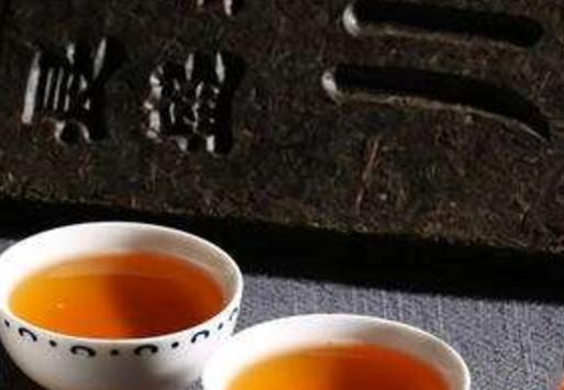 众所周知,藏茶原料采摘于海拔1000米以上的高山,再经过特殊工艺精制而成,是一种后发酵茶;也就是说,